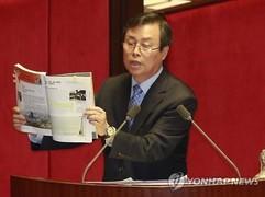 1. 국회에서 교과서를 들고 질의하는 도종환 의원.jpg